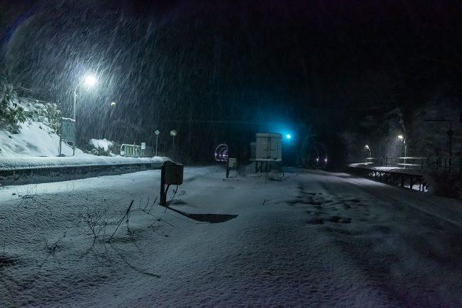 構内を渡る通路から眺める吹雪の小幌駅