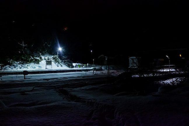 保線詰所前から駅を眺めると、遠くの国道の照明が見えた
