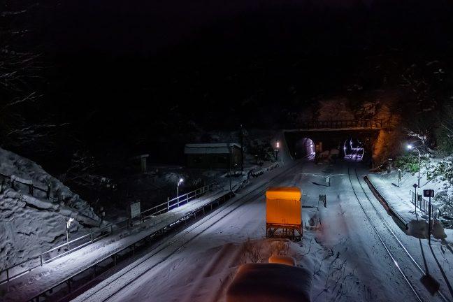 構内信号に彩られる夜明け前の小幌駅