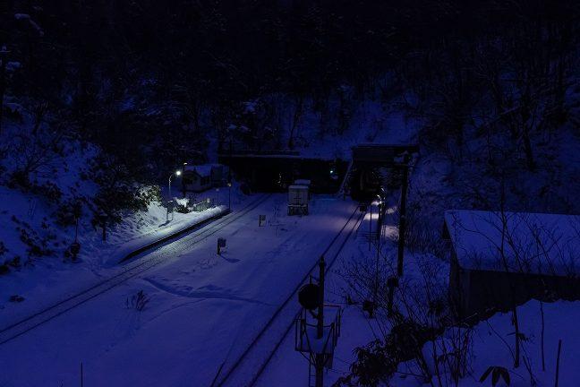 幌内トンネルの上から眺める黎明の小幌駅構内