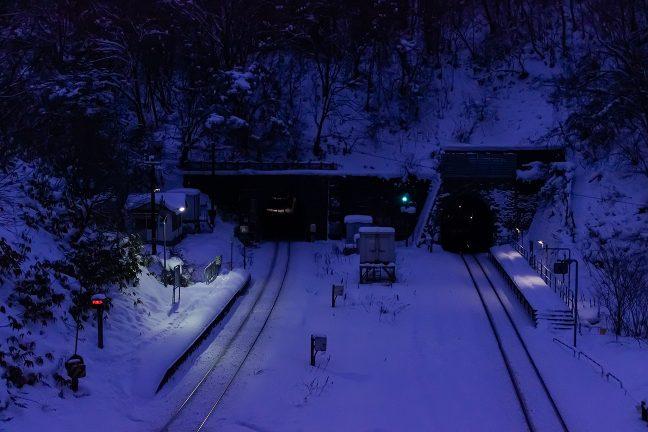 列車の接近を知らせる構内踏切の警報音が静寂を貫く