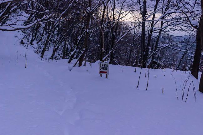 岩屋観音へ続く踏み跡も雪に覆われている