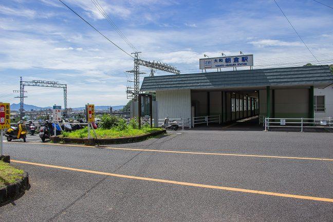 高台にある大和朝倉駅の入口からは、桜井市街が一望できる