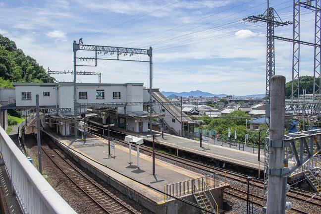 南口側は高台側にあって橋上駅舎と同じ高さにある