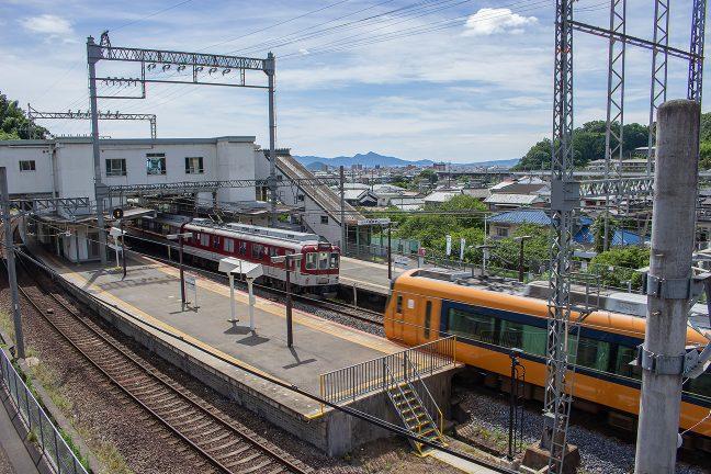 榛原行きの準急と大阪上本町行きの特急が行き違う
