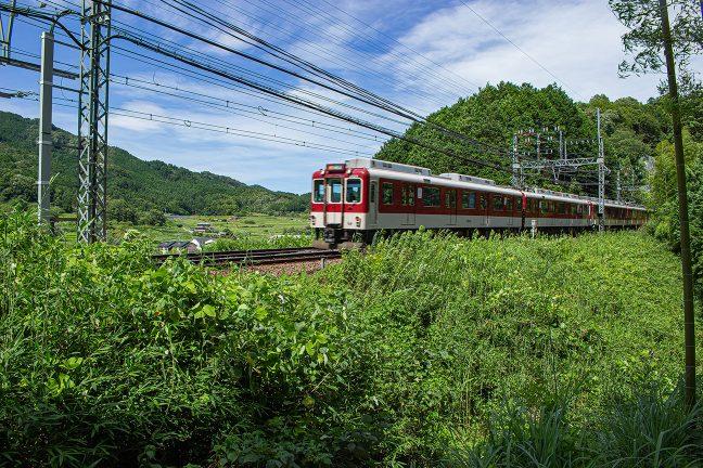 大築堤の上を大阪上本町行き急行が駆け抜けてゆく