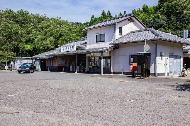 国道から側道を登った山腹にある長谷寺駅に到着