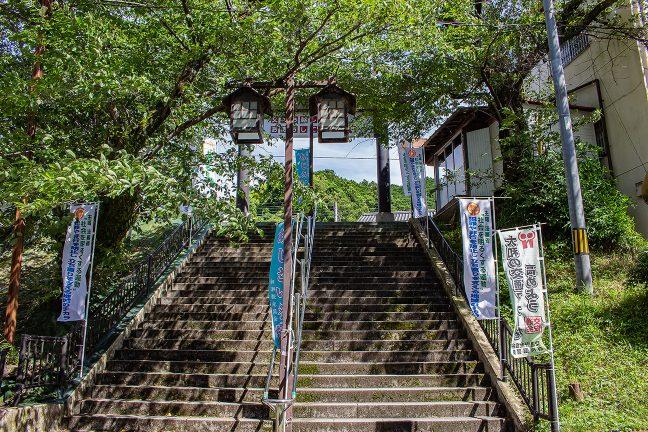 観光ムードの漂う長谷寺駅への階段