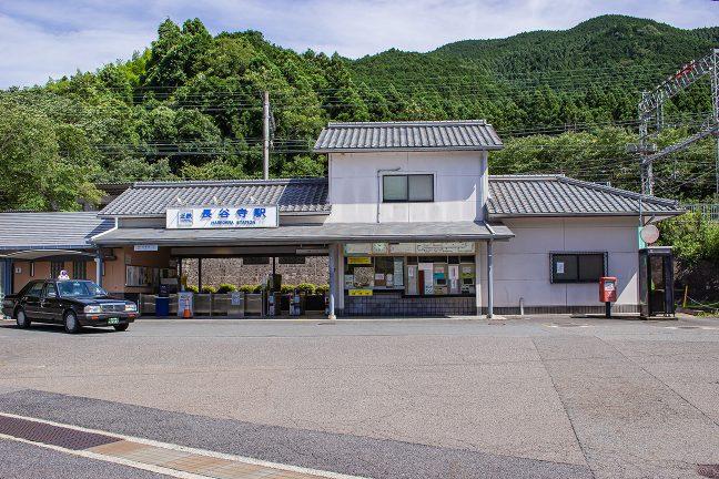 長谷寺駅の正面から。ホームは、少し高い位置にある