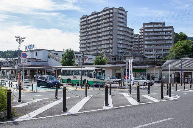 駅前のロータリーからは、宇陀郡各地へのバスが発着する