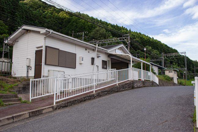 駅は、国道から高台への坂道を登り詰めた所にある