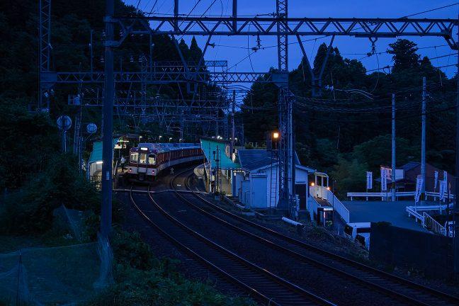 三奈国境の三本松駅に停車する名張行き準急
