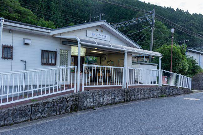 出発前にもう一度、三本松駅舎を撮影