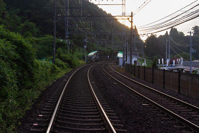 駅付近の室生口大野第七号踏切から、朝の三本松駅を眺める