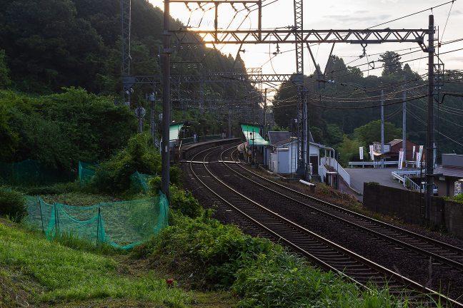 梢に朝日の気配が漂う中、三本松駅を出発