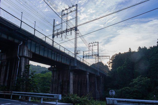 宇陀川を渡る近鉄の橋梁をくぐる