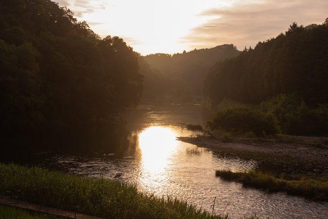 朝日が眩しい宇陀川河畔