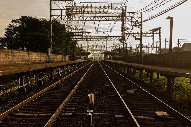 早朝の駅には、まだ、乗客の姿もなかった