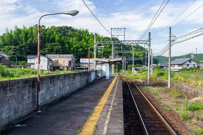 比土駅のホームから伊賀神戸駅方面を眺める