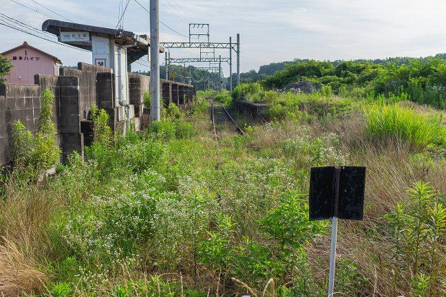 かつての線路の跡が引込線のように残っている