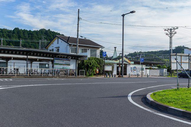 朝の青山町駅前に到着