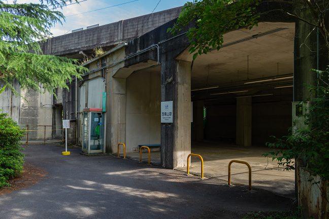 西青山駅の入り口や駅窓口の跡は高架下にある