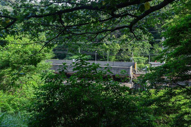 旧線跡は、現在線よりも一段高い位置にあり、駅が見下ろせる