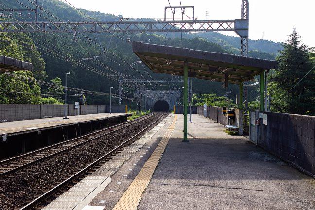 延長5652mの新青山トンネルに間近い西青山駅