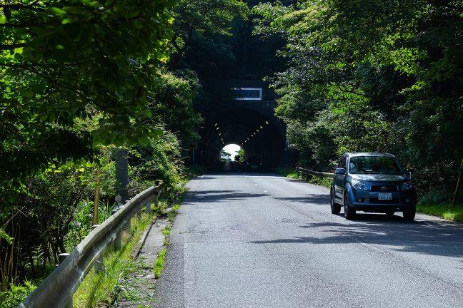 下り勾配の途中で白山トンネルをくぐり抜ける