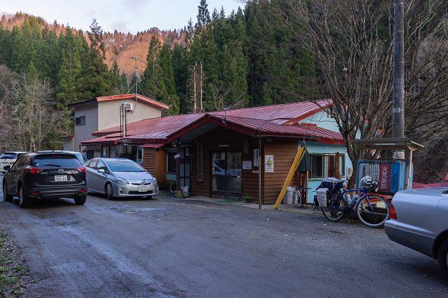 観光客や地元の方の車で混雑する山峡の秘湯