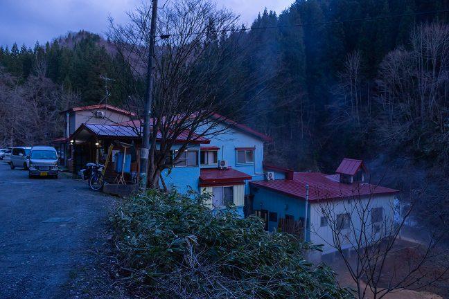 山峡の鄙びた湯治宿という趣きが心地よい古遠部温泉を後に、津軽湯の沢駅に向かう