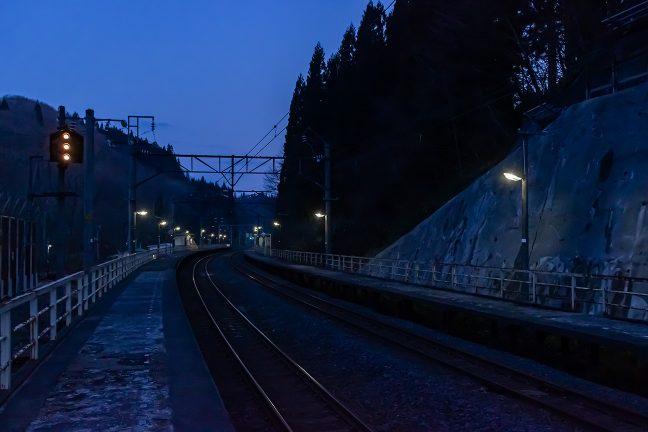 残照の津軽湯の沢駅のホームに立てば、近くのせせらぎの音だけが聞こえてくる