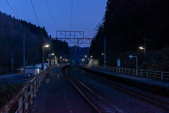 津軽湯の沢駅の構内からは、矢立トンネルの坑口が見える