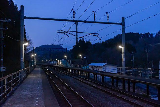下り線のホーム上から眺めた津軽湯の沢駅構内