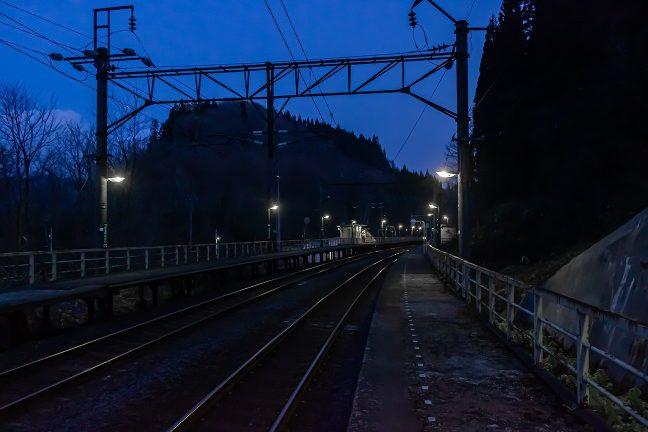 下りホームから暮れゆく津軽湯の沢駅を眺める