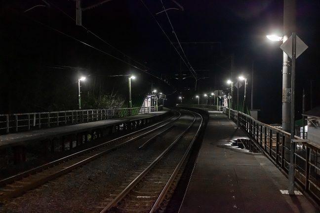 とっぷりと暮れた津軽湯の沢駅に、夜の帳だけが訪れる