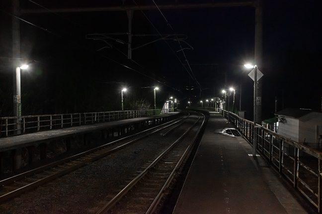 矢立峠に差し掛かる山峡の旅情駅は、辺りに民家もなく、小川のせせらぎの音だけが響いている