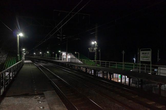 下り線ホームから眺める旅情駅・津軽湯の沢の夜