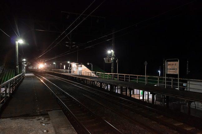 津軽湯の沢駅に、秋田への上り普通列車が到着した