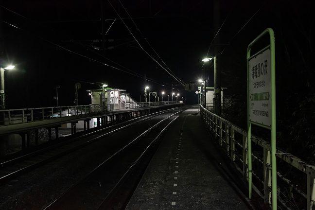 訪れる者も居ない旅情駅の夜は更けてゆく