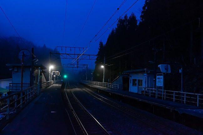 一夜明け、黎明ブルーに包まれた津軽湯の沢駅