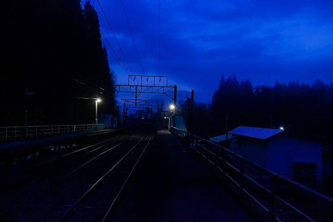 まだ明けぬ津軽湯の沢駅は、ホームの照明も灯り眠りの中