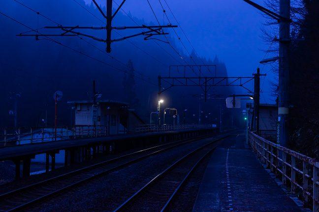 黎明の凛とした大気と朝霧が印象的な津軽湯の沢駅