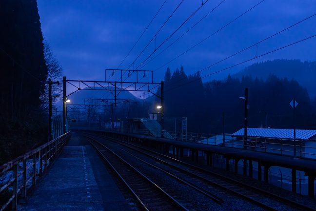高森の山並みに日の出の気配が漂い始めた