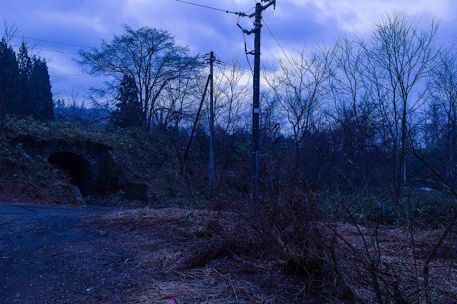 矢立峠に挑んでいた旧線跡が残る津軽湯の沢駅前