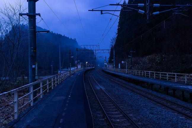 黎明ブルーに明るみが差し、朝が訪れた津軽湯の沢駅