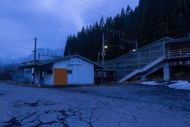 4月末というのに津軽湯の沢駅前には雪が残っていた