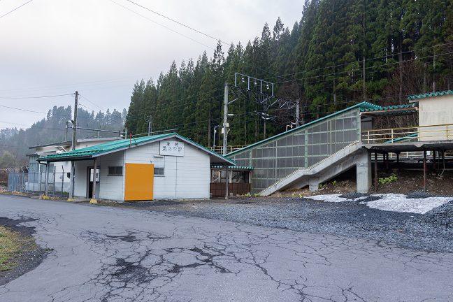 雪の残る津軽湯の沢駅舎を眺めて、いよいよ出発する