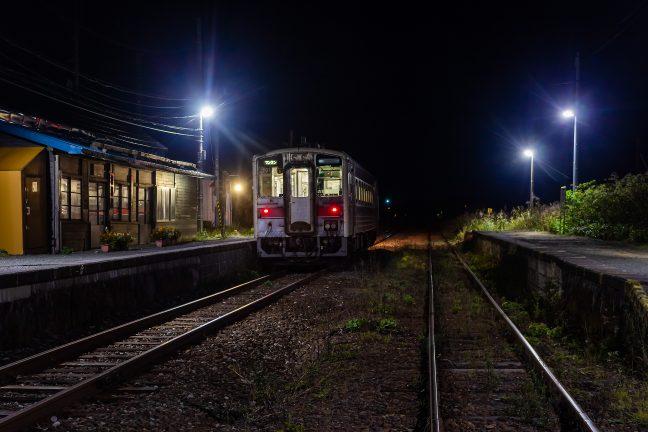 残り二駅を残して抜海駅でしばし憩う、稚内行きの最終
