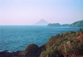 大隅半島・佐多付近から望む開聞岳(鹿児島県:1997年12月)